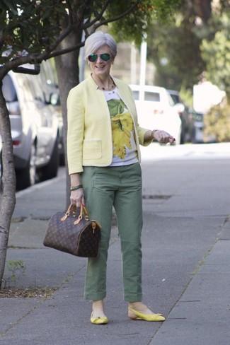 Как и с чем носить: желтый пиджак, бело-желтая футболка с круглым вырезом с принтом, зеленые брюки чинос, желтые кожаные балетки