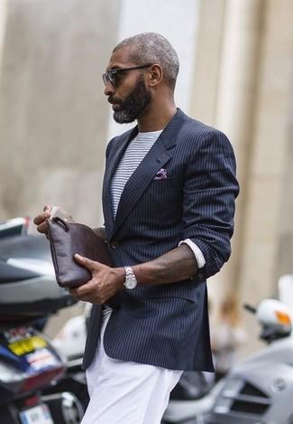 Модный лук: черный пиджак в вертикальную полоску, бело-темно-синяя футболка с круглым вырезом в горизонтальную полоску, белые брюки чинос, темно-коричневый кожаный мужской клатч