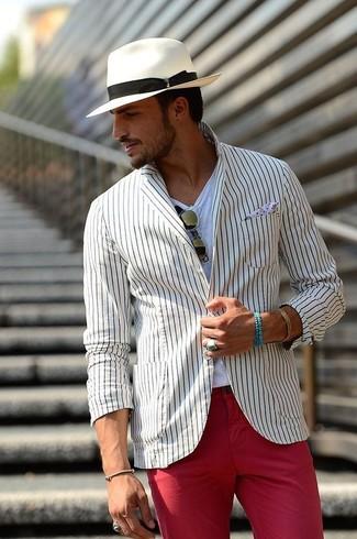 Как и с чем носить: белый пиджак в вертикальную полоску, белая футболка с круглым вырезом, красные брюки чинос, белая шляпа