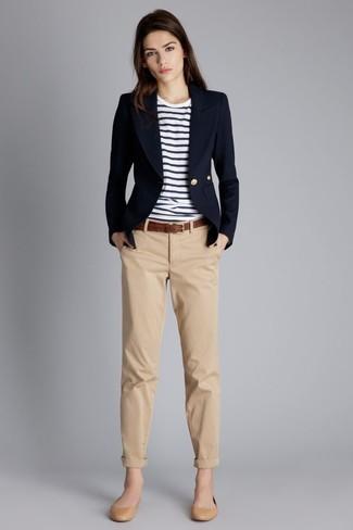 Как и с чем носить: темно-синий пиджак, бело-темно-синяя футболка с круглым вырезом в горизонтальную полоску, светло-коричневые брюки чинос, светло-коричневые кожаные балетки