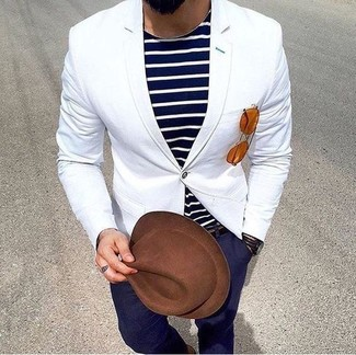 Как и с чем носить: белый пиджак, темно-сине-белая футболка с круглым вырезом в горизонтальную полоску, темно-синие брюки чинос, коричневая шерстяная шляпа