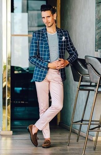 Как и с чем носить: темно-сине-белый пиджак в клетку, серая футболка с круглым вырезом, розовые брюки чинос, темно-коричневые замшевые лоферы с кисточками
