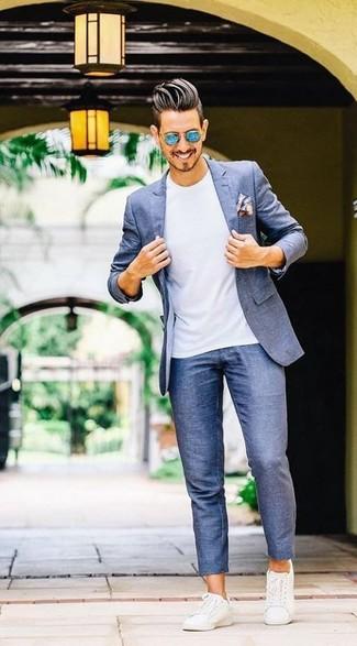 Как и с чем носить: синий пиджак, белая футболка с круглым вырезом, синие брюки чинос, белые кожаные низкие кеды