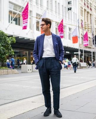 Как и с чем носить: темно-синий шерстяной пиджак в шотландскую клетку, белая футболка с круглым вырезом, темно-синие льняные брюки чинос, темно-синие замшевые ботинки дезерты