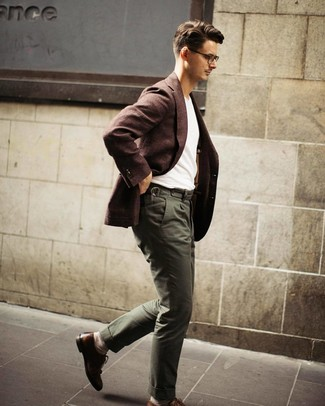 Темно-коричневый шерстяной пиджак: с чем носить и как сочетать мужчине: Темно-коричневый шерстяной пиджак в сочетании с оливковыми брюками чинос подойдет для свидания или похода в паб с друзьями. Хочешь добавить сюда толику эффектности? Тогда в качестве дополнения к этому луку, стоит обратить внимание на коричневые кожаные броги.