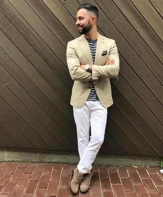 Как и с чем носить: бежевый пиджак, темно-сине-белая футболка с круглым вырезом в горизонтальную полоску, белые брюки чинос, коричневые замшевые монки с двумя ремешками