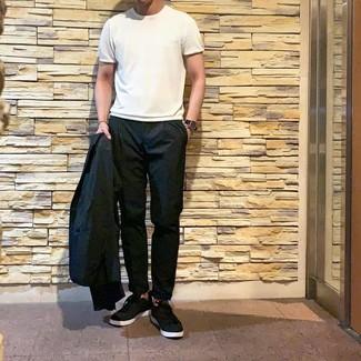Как и с чем носить: черный пиджак, белая футболка с круглым вырезом, черные брюки чинос, черные низкие кеды