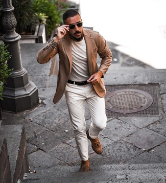 Как и с чем носить: светло-коричневый пиджак, белая футболка с круглым вырезом, белые брюки чинос, коричневые замшевые лоферы с кисточками