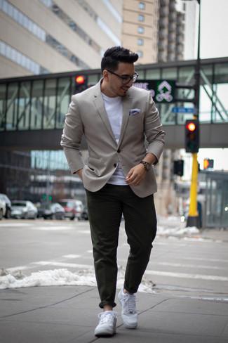 Темно-зеленые брюки чинос: с чем носить и как сочетать: Если ты принадлежишь к той категории мужчин, которые любят одеваться с иголочки, тебе полюбится сочетание серого пиджака и темно-зеленых брюк чинос. Если сочетание несочетаемого привлекает тебя не меньше, чем безвременная классика, дополни свой ансамбль белыми кожаными низкими кедами.