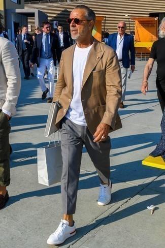 Как одеваться мужчине за 60: Если ты принадлежишь к той когорте джентльменов, которые разбираются в моде, тебе понравится ансамбль из светло-коричневого пиджака и серых брюк чинос. Дерзкие мужчины дополнят лук белыми низкими кедами.