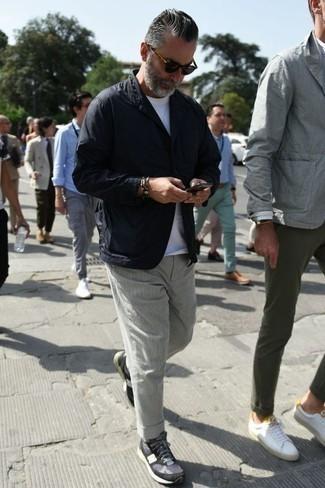 Черный пиджак: с чем носить и как сочетать мужчине: Черный пиджак и серые брюки чинос — идеальный выбор для воплощения мужского ансамбля в стиле business casual. Любишь рисковать? Тогда закончи лук темно-синими кроссовками.