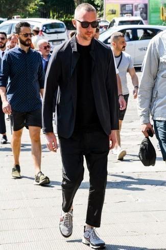 Серые кроссовки: с чем носить и как сочетать мужчине: Если ты из той категории мужчин, которые любят выглядеть по моде, тебе придется по душе ансамбль из темно-синего пиджака и черных брюк чинос. Ты сможешь легко приспособить такой ансамбль к повседневным нуждам, завершив его серыми кроссовками.