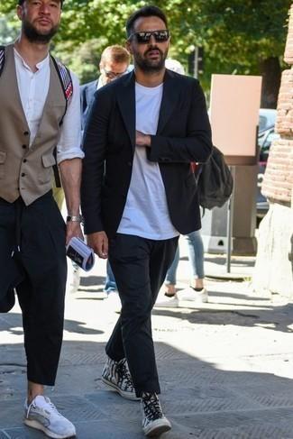 Темно-синий пиджак: с чем носить и как сочетать мужчине: Темно-синий пиджак и черные брюки чинос — must have вещи в арсенале парней с чувством стиля. Не прочь поэкспериментировать? Дополни образ бело-черными высокими кедами из плотной ткани с принтом.
