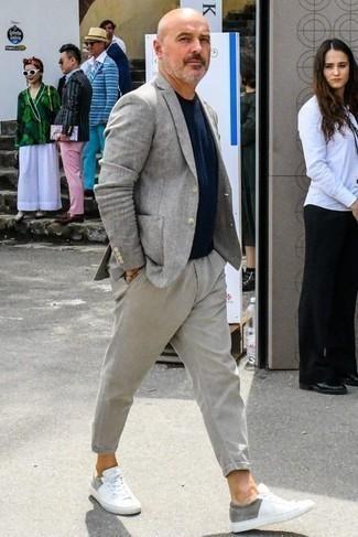 Модные мужские луки 2020 фото: Серый пиджак и серые брюки чинос стильно вписываются в гардероб самых требовательных молодых людей. Если тебе нравится более удобная обувь, лучше остановить свой выбор на белых низких кедах из плотной ткани.