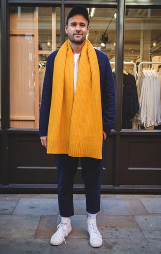 Темно-синий шерстяной пиджак: с чем носить и как сочетать мужчине: Если ты из той когорты парней, которые одеваются со вкусом, тебе придется по вкусу сочетание темно-синего шерстяного пиджака и темно-синих брюк чинос. Выбирая обувь, можно немного пофантазировать и завершить образ белыми высокими кедами из плотной ткани.
