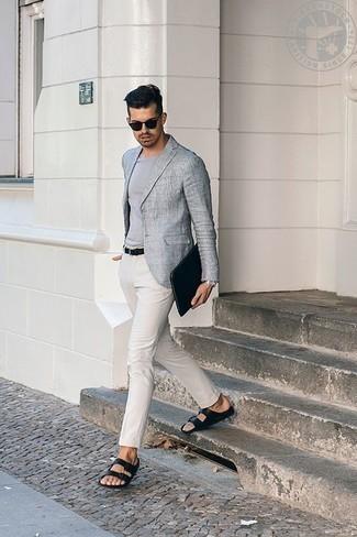 Черный мужской клатч из плотной ткани: с чем носить и как сочетать мужчине: Серый пиджак и черный мужской клатч из плотной ткани помогут составить легкий и практичный лук для выходного дня в парке или вечера в шумном заведении с друзьями. Если тебе нравится более практичная обувь, останови свой выбор на черных кожаных сандалиях.