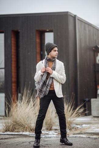 Черные кожаные повседневные ботинки: с чем носить и как сочетать мужчине: Тандем белого пиджака и черных брюк чинос позволит выглядеть стильно, а также выразить твой индивидуальный стиль. Вместе с этим луком идеально будут смотреться черные кожаные повседневные ботинки.