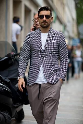 Серые брюки чинос: с чем носить и как сочетать: Если ты принадлежишь к той категории джентльменов, которые любят выглядеть с иголочки, тебе понравится сочетание фиолетового пиджака в клетку и серых брюк чинос.