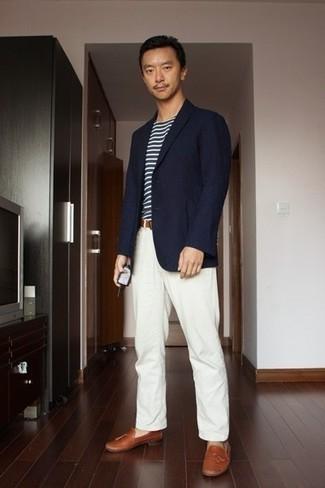 С чем носить белые брюки чинос: Темно-синий пиджак и белые брюки чинос — неотъемлемые вещи в арсенале парней с отличным вкусом в одежде. Закончив образ табачными кожаными лоферами с кисточками, можно получить потрясающий результат.
