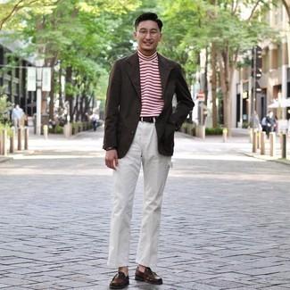 Мода для 30-летних мужчин: Темно-коричневый пиджак и белые брюки чинос — прекрасное решение для свидания с подругой или похода в бар с коллегами.