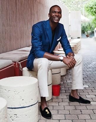 Модный лук: синий пиджак, черная футболка с круглым вырезом, белые брюки чинос, черные замшевые лоферы с вышивкой