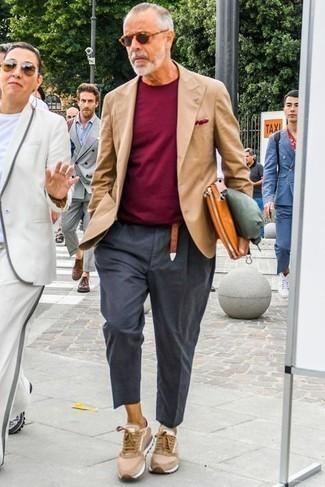 С чем носить темно-серые брюки чинос: Создав ансамбль из светло-коричневого пиджака и темно-серых брюк чинос, получишь отличный мужской ансамбль для неофициальных мероприятий после работы. Любишь рисковать? Тогда заверши ансамбль светло-коричневыми кроссовками.