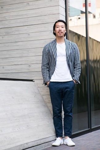 С чем носить бело-синий нагрудный платок: Если ты ценишь удобство и практичность, темно-сине-белый пиджак в вертикальную полоску и бело-синий нагрудный платок — замечательный выбор для модного мужского ансамбля на каждый день. Боишься выглядеть слишком небрежно? Закончи этот образ белыми низкими кедами из плотной ткани.
