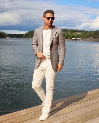 Как одеваться мужчине за 40: Комбо из коричневого пиджака в шотландскую клетку и бежевых брюк чинос подойдет для свидания или похода в паб с друзьями. Любишь рисковать? Тогда дополни образ белыми низкими кедами из плотной ткани.