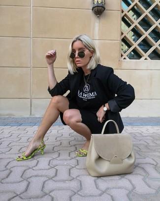 Как и с чем носить: черный пиджак, черно-белая футболка с круглым вырезом с принтом, черные велосипедки, зелено-желтые кожаные босоножки на каблуке
