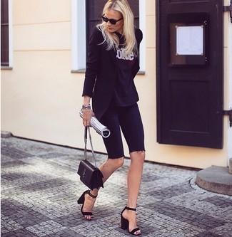 Как и с чем носить: черный пиджак, черно-белая футболка с круглым вырезом с принтом, черные джинсовые велосипедки, черные замшевые босоножки на каблуке