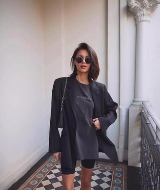 Как и с чем носить: черный пиджак, темно-серая футболка с круглым вырезом с принтом, черные велосипедки, черная кожаная сумочка