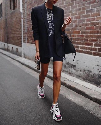 Как и с чем носить: черный пиджак, черно-белая футболка с круглым вырезом с принтом, черные велосипедки, разноцветные кроссовки