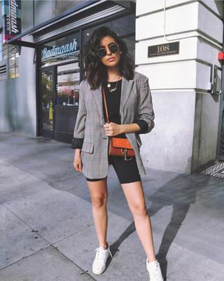 Как и с чем носить: серый пиджак в шотландскую клетку, черная футболка с круглым вырезом, черные велосипедки, белые низкие кеды