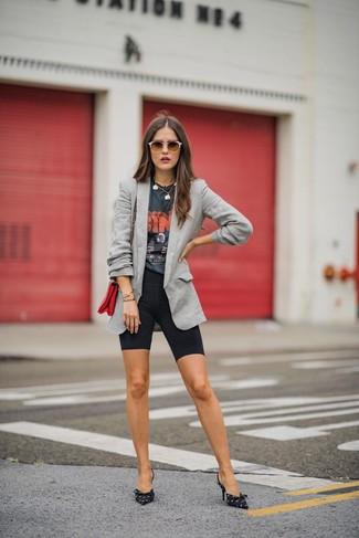 Как и с чем носить: серый пиджак, темно-серая футболка с круглым вырезом с принтом, черные велосипедки, черно-белые туфли из плотной ткани с принтом