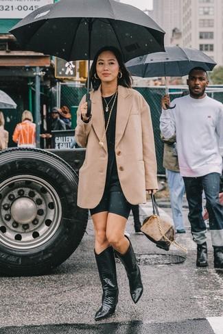 Как и с чем носить: светло-коричневый шерстяной пиджак, черная футболка с круглым вырезом, черные велосипедки, черные кожаные ковбойские сапоги