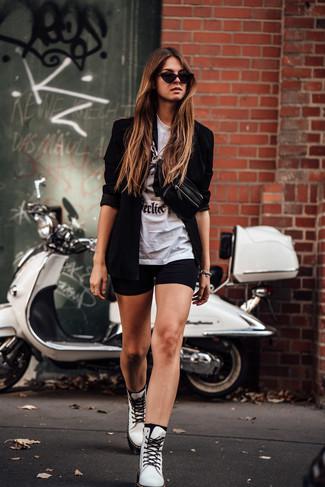 Как и с чем носить: черный пиджак, бело-черная футболка с круглым вырезом с принтом, черные велосипедки, белые кожаные ботинки на шнуровке