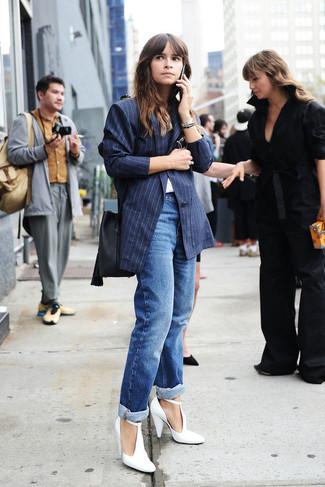 Как Miroslava Duma носит Темно-синий пиджак в вертикальную полоску, Белая футболка с круглым вырезом, Синие джинсы-бойфренды, Белые кожаные туфли