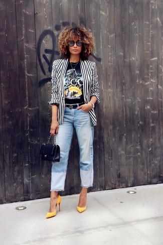 Как и с чем носить: бело-черный пиджак в вертикальную полоску, черная футболка с круглым вырезом с принтом, голубые джинсы-бойфренды, желтые кожаные туфли