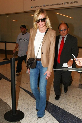Как и с чем носить: светло-коричневый пиджак, белая футболка с круглым вырезом, синие джинсы-клеш, черные кожаные ботильоны