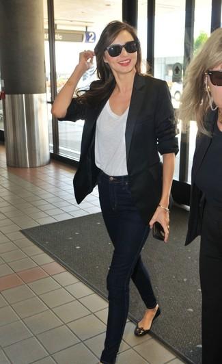 Как Miranda Kerr носит Черный пиджак, Белая футболка с круглым вырезом, Темно-синие джинсы скинни, Черные кожаные балетки