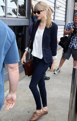 Как Taylor Swift носит Темно-синий пиджак, Белая футболка с круглым вырезом, Темно-синие джинсы скинни, Коричневые кожаные оксфорды