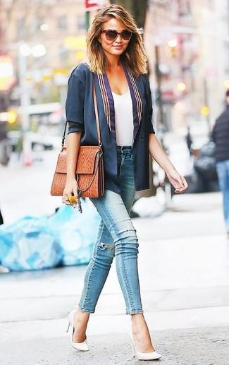 Как Miranda Kerr носит Темно-синий пиджак, Белая футболка с круглым вырезом, Голубые рваные джинсы скинни, Белые кожаные туфли