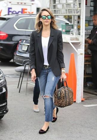 Как и с чем носить: черный пиджак, белая футболка с круглым вырезом, синие рваные джинсы скинни, черные замшевые лоферы с вышивкой