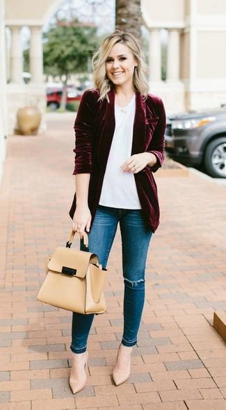 Как и с чем носить: темно-красный бархатный пиджак, белая футболка с круглым вырезом, синие рваные джинсы скинни, светло-коричневые кожаные туфли