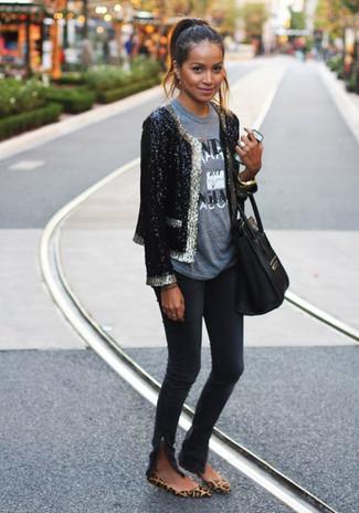Как и с чем носить: черный пиджак с пайетками, серая футболка с круглым вырезом с принтом, черные джинсы скинни, коричневые замшевые балетки с леопардовым принтом