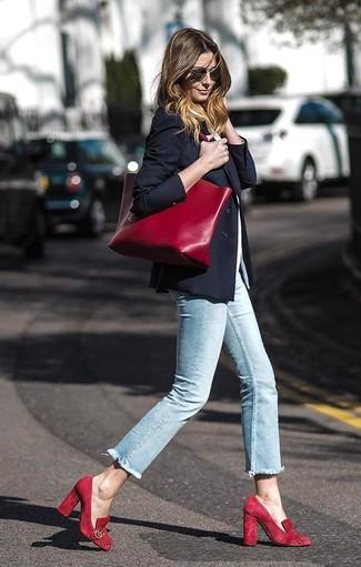 Как и с чем носить: черный пиджак, белая футболка с круглым вырезом, голубые джинсы скинни, красные замшевые туфли