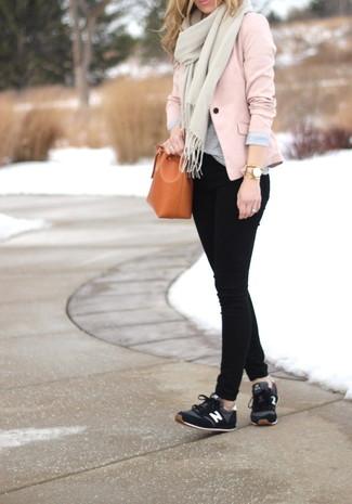 Как и с чем носить: розовый пиджак, серая футболка с круглым вырезом, черные джинсы скинни, черные кроссовки