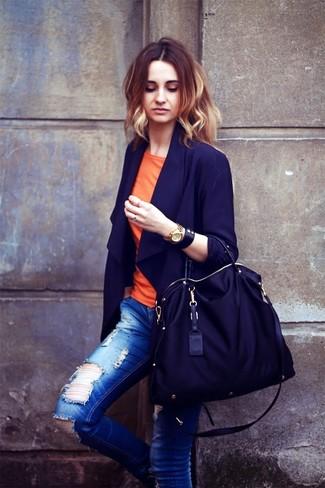 Черная большая сумка из плотной ткани: с чем носить и как сочетать: Если ты любишь смотреться привлекательно, чувствуя себя при этом комфортно и нескованно, попробуй это сочетание темно-синего пиджака и черной большой сумки из плотной ткани.