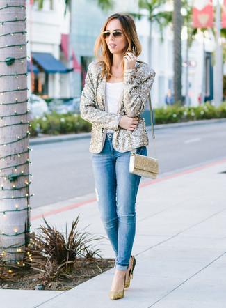 Как и с чем носить: золотой пиджак с пайетками, белая футболка с круглым вырезом, синие рваные джинсы скинни, золотые туфли с пайетками