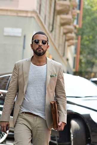 Как и с чем носить: бежевый пиджак, белая футболка с круглым вырезом, бежевые джинсы, коричневый кожаный мужской клатч